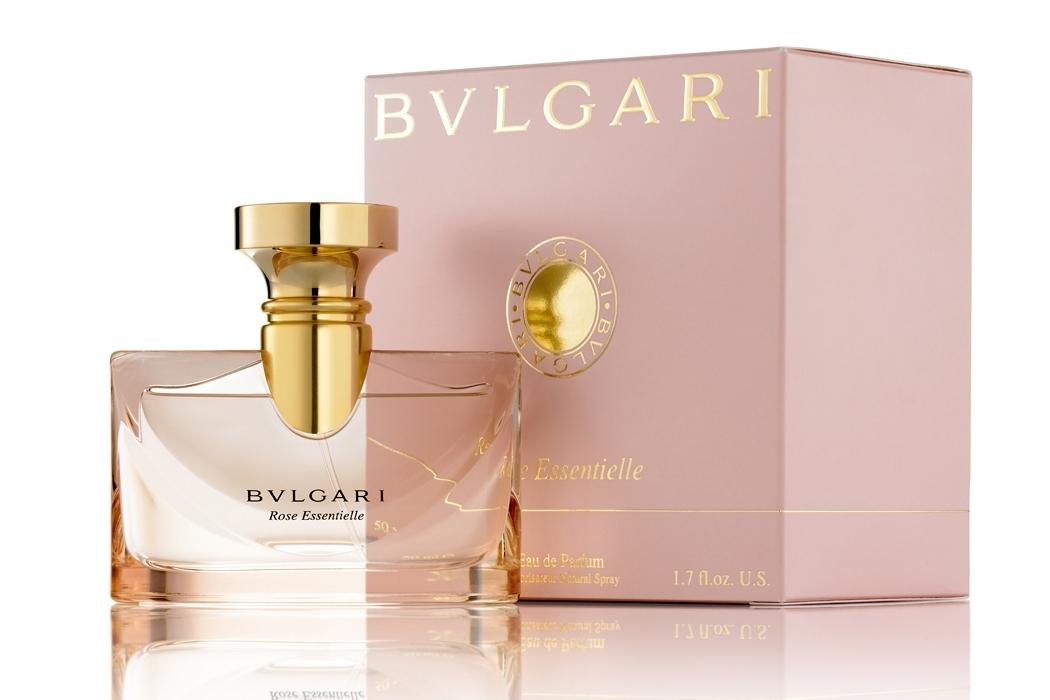 Нежнейший и романтичный аромат композиции Rose Essentielle, представленный модным брендом Bvlgari, соединил в себе чувственность сандала и очарование розы. Выступая продолжателем парфюмерной темы, начатой композицией Bvlgari pour Femme, аромат Rose Essentielle акцентирован на усилении соблазнительности и женственности звучания. Роскошная оттоманская роза и воплощение изящества - роза Prelude – представляют собой верхние нотки. Цветочные и ягодные оттенки жасмина, фиалки и черники дарят нежнейшее благоухание, суля изысканное наслаждение. Сливочные аккорды сандала и пачули создают элегантный шлейф аромата, подчеркивая Ваш неповторимый образ.