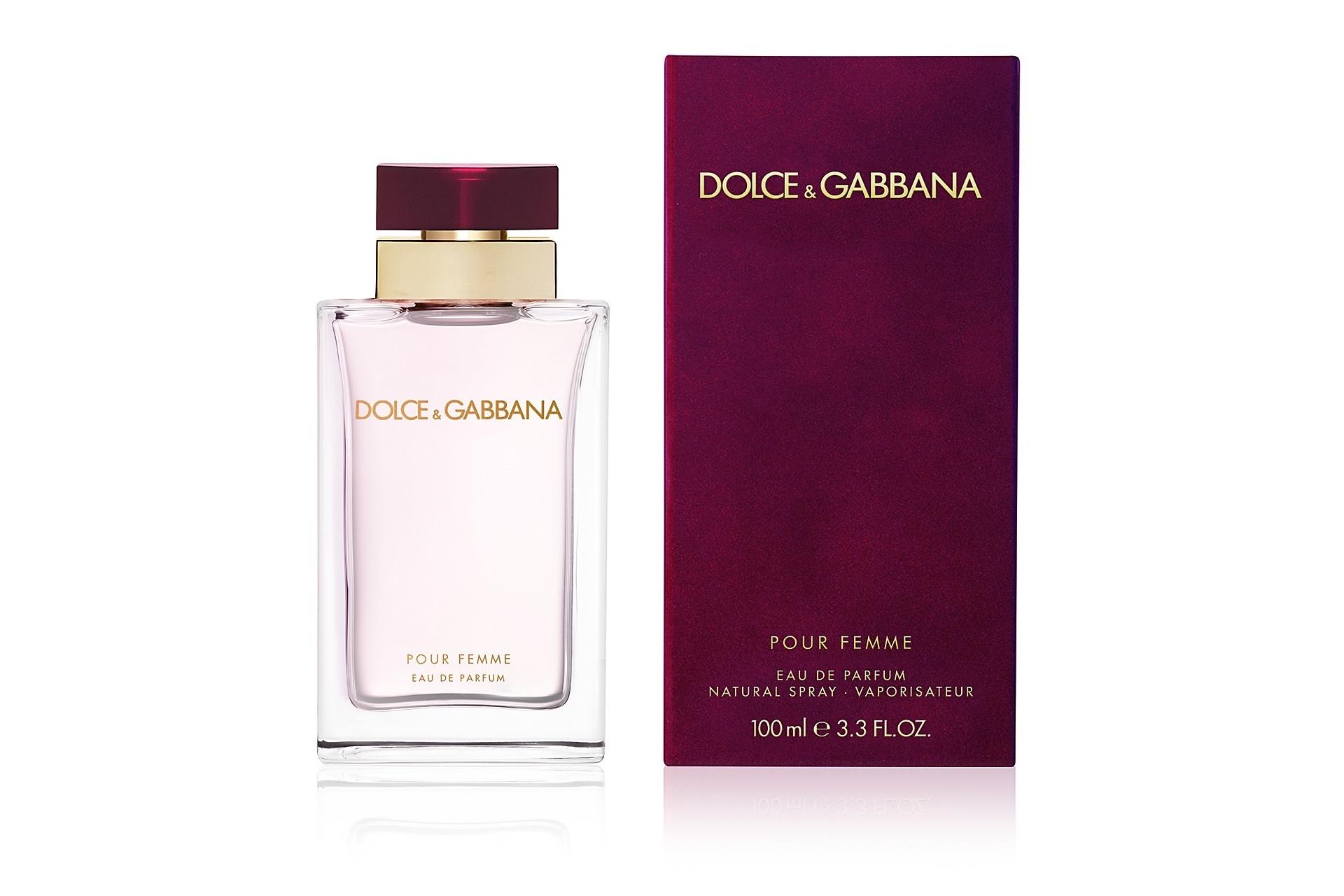 Парфюм Dolce & Gabbana Women был создан ещё в 1999 году, однако, и по сей день пользуется просто ошеломляющей популярностью среди женщин. Спустя год после своего выхода, а именно в 2000 году, порфюм был удостоен звания, как лучший женский аромат года. Данное звание было присвоено известной международной парфюмерной академией. Благодаря полученной награде, духи моментально стали известными на весь мир. Абсолютно каждая женщина мечтала о том, чтобы стать их обладательницей. Духи Dolce & Gabbana Women способны в полной мере выразить все чувства его обладательницы, придавая ей дополнительной уверенности, неотразимости, а также целеустремлённости.  Волшебный и потрясающий аромат можно одновременно назвать резким и нежным, где слышны некоторые мужские нотки, но именно настолько, сколько необходимо, чтобы подчеркнуть Вашу решительность. В парфюмах Dolce & Gabbana Women наблюдаются свежие ноты мандарина и бергамота, которые подчёркивают свежесть базилика, а капелька жасмина, перемешиваясь с ландышем, делает аромат духов максимально чувственным и нежным, перед которым просто невозможно устоять. Абсолютно каждая девушка без исключения будет в полном восторге от этих духов. Этот аромат перенесёт разум в новый волшебный мир, где присутствуют только яркие эмоции, откуда вряд ли захочется когда-нибудь вернуться.  Парфюм хранит в себе множество самых разнообразных тайн, постоянно манит к себе. Постарайтесь погрузиться в неизведанный и сокровенный мир мечтаний и естественности с этими прекрасными парфюмами. Запомните этот небольшой миг настоящей свободы, погрузитесь в сказочный сон мечтаний, ведь теперь всё это реально вместе с Dolce & Gabbana Women. Данный аромат позволит любой девушке моментально выделиться из толпы благодаря своему неповторимому запаху, при этом он заставляет оборачиваться каждого очарованного мужчину.  Он идеально подойдёт для романтических встреч с любимым, который совершенно не сможет устоять перед Вашим новым обликом. А Вам ничего не понадобиться делать для 