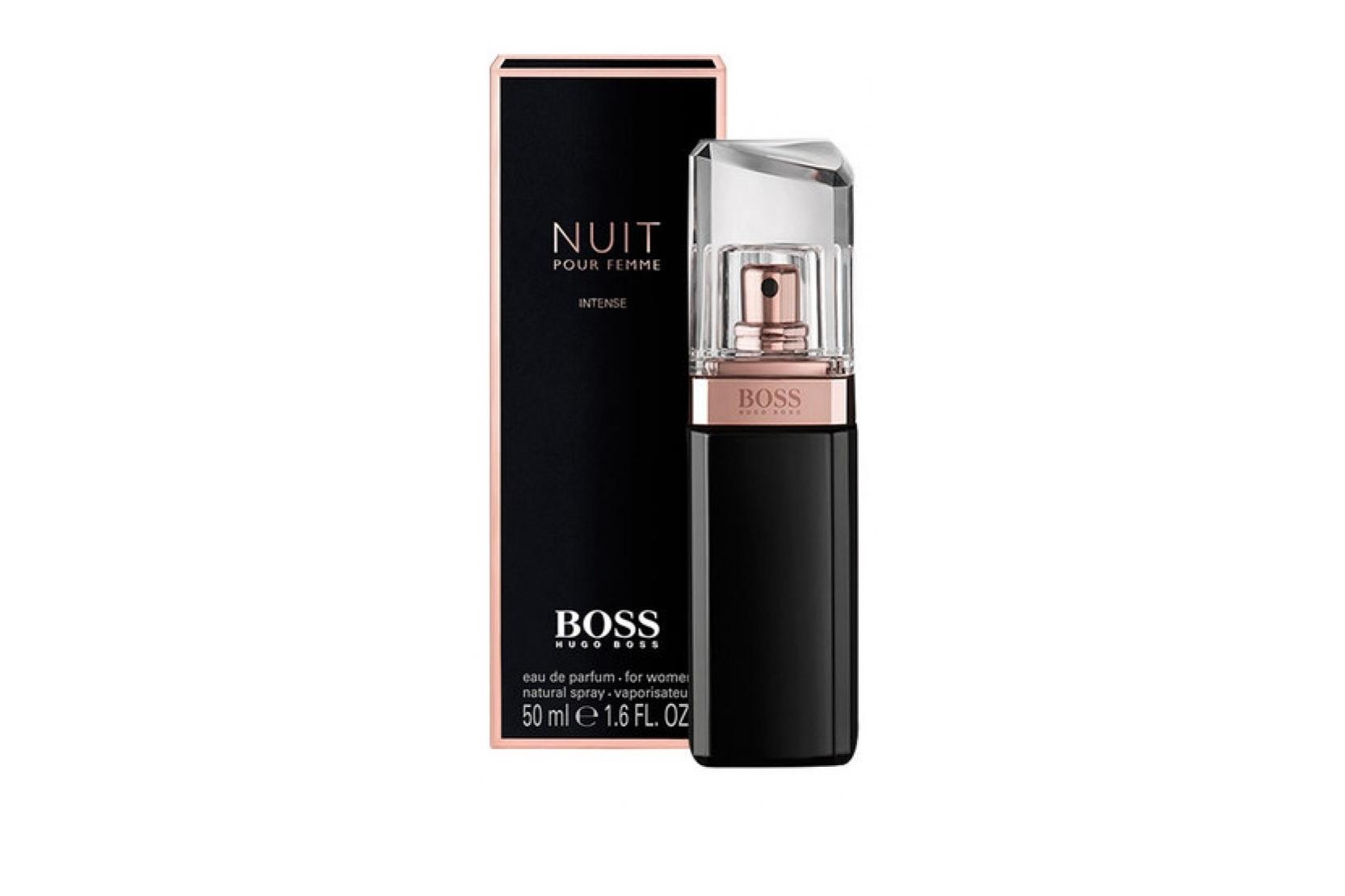 Boss Jour Pour Femme. Boss Nuit Pour Femme Intense – более яркая и интенсивная интерпретация аромата, представленная в начале 2014-го года. Pour Femme Intense представлен парфюмерами как чрезвычайно элегантный аромат, предназначенный для особых случаев. Композиционно новинка практически не отличается от оригинального аромата 2012-го года, однако характеризуется более интенсивным и выраженным звучанием. Нота белого персика в начальных нотах стала еще ярче, тем самым великолепно подчеркивая чувственность и женственность аромата. В цветочном сердце звучат нотки нежной фиалки, сладковатого жасмина в сопровождении богатого аккорда белых цветов. Шлейф составлен из ароматов кристаллического мха, сливочного сандала и теплой древесины.