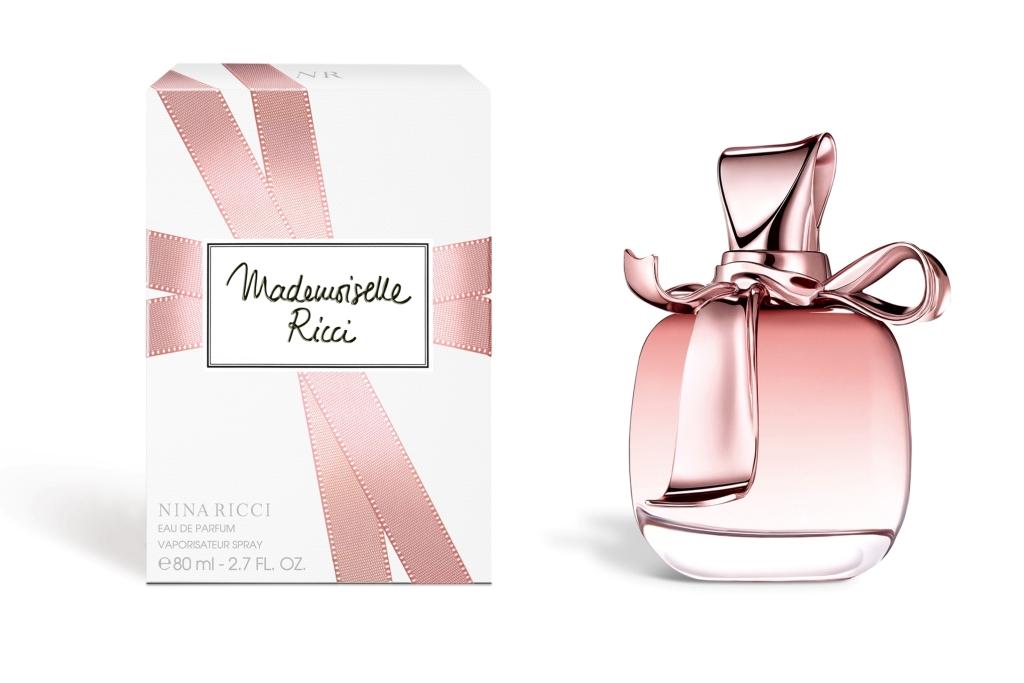 Описание: Nina Ricci Mademoiselle Ricci L'Eau (Нина Ричи Мадмуазель Ричи Лё). Свежий, динамичный и вкусный аромат, наполненный парижским шармом. Воздушный, утренний, солнечный и сверкающий, он призван дарить вам свою заботу и страсть каждый день. Игривая, освежающая, с легкой кислинкой, эта цветочно-фруктовая композиция построена вокруг лепестков розы в сопровождении пиона и личи. Создатель аромата - известный парфюмер Alberto Morillas, создавший также предыдущее издание, Mademoiselle Ricci. Дизайн нового издания отражает мягкость и романтичность аромата. Флакон имеет ту же форму, что и его предшественники по коллекции, но на этот раз выполнен из матового светло-розового стекла.