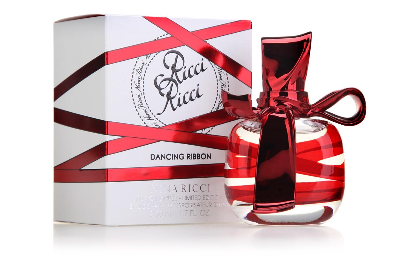 Nina Ricci Ricci Ricci Dancing Ribbon - цветочно-шипровый аромат для современных, стильных и откровенных женщин. Это парфюм игривой, мечтательной и взбалмошной женщины. Аромат не только сочный, яркий и чарующий, но и в меру пряный и сладострастный. Все это удивительным образом сочетается в стильном флаконе, украшенном изысканной лентой, долгое время разрабатываемой дизайнерами. Поскольку не только содержание и композиция, но и оформление флакона иметь немаловажную роль при создании женских парфюмов. Флакон увит игривый и изящной лентой, заканчивающейся кокетливым и оригинальным бантом, венчающим парфюм. Поэтому стильный и стойкий Nina Ricci Ricci Ricci Dancing Ribbon создан для дерзких и обольстительных горожанок, отвоевывающих собственное место под солнцем очарованием, интригами, хитростью и страстностью натуры. Nina Ricci Ricci Ricci Dancing Ribbon - послание для всех городских принцесс, вооруженных чарующими волшебными танцующими лентами, овеянными чувственным ароматом. Женщина покоряет мужские сердца одним взглядом, своим присутствием и магическим ароматом из цветочно-шипровой коллекции. Парфюм обладает традиционной для Нины Риччи роскошностью и величественностью, но при этом сочетает в себе раскованность и свободную женственность. Свежие нотки Nina Ricci Ricci Ricci Dancing Ribbon разбавляют колдовской коктейль из волнующих ингредиентов, придавая аромату нежности и прозрачности.
